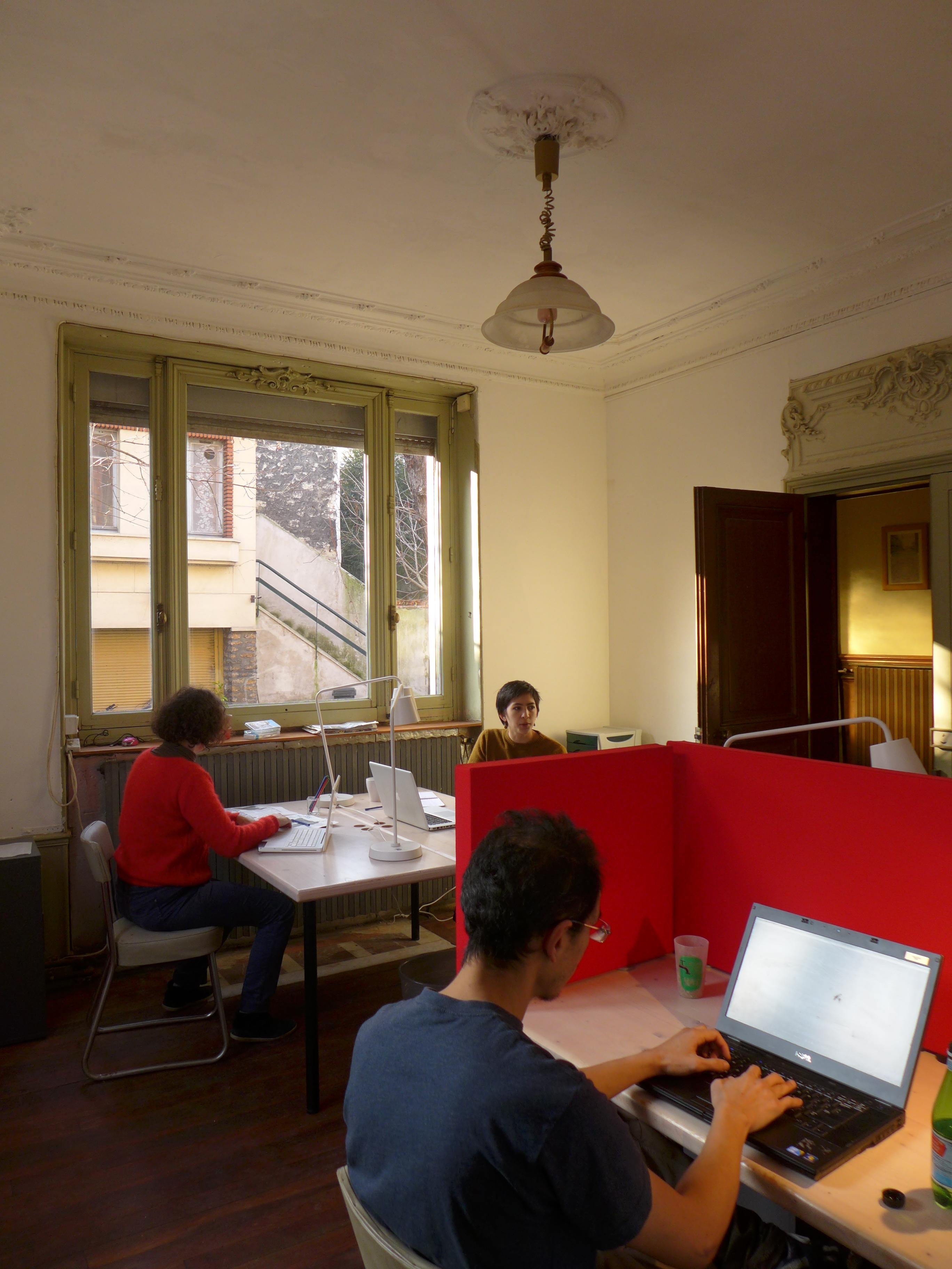 4 postes de travail, écrans acoustiques installés sur demande